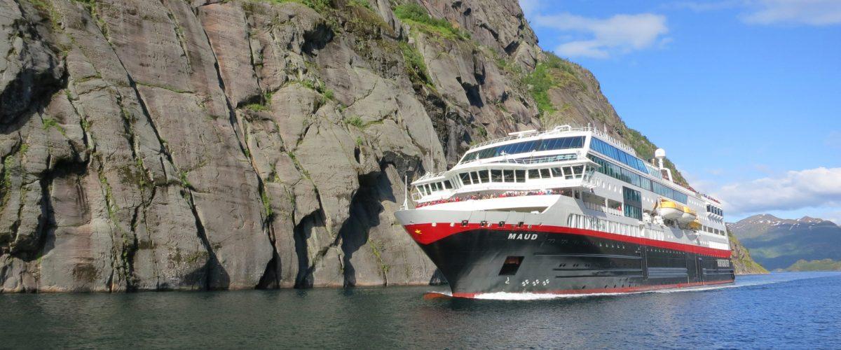 Kirkenes - Bergen. MS Trollfjord på vei inn i Trollfjorden